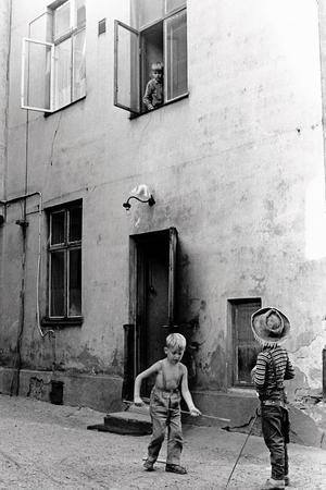 Barnen leker barnen med en fallskärm som kastas ut genom fönstret. Foto: Berth Ahlborg