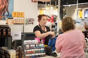 Hanna Bäsen, butikschef på Cubus på Kringlans övre plan, hoppas att Stadsrum kommer jobba för att lyfta hela Södertäljes stadskärna.