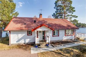 Enplansvilla för permanent eller fritidsboende. Lummig, lättskött och stor sjötomt med tallar/björkar. Foto: Carina Heed husfoto.