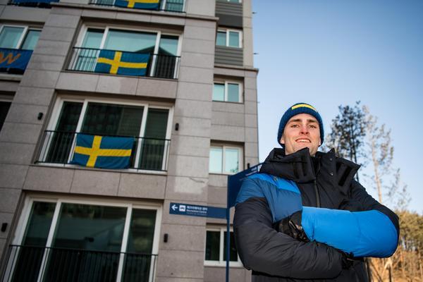 Puckelpiståkaren Ludvig Fjällström var tidigt på plats utanför det svenska huset. Foto: Petter Arvidson (Bildbyrån).