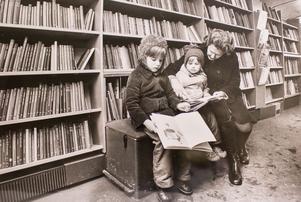 Det går bra med en liten lässtund i bussen om man så vill. Fru Kerstin Danielsson och hennes dagbarn Anna och Karina tar den möjligheten 1975. Foto: Johny Gladh/VLT:s arkiv