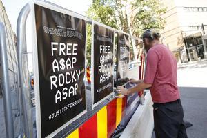 Foto Fredrik Persson / TT   Affischer för att frige artisten ASAP Rocky vid polishuset i samband med åtal mot den amerikanske artisten.