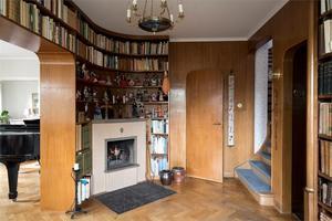 Bibliotek med eldstad. Foto: Utsikten Foto