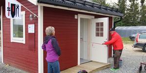 Bandklippningen vid det nybyggda servicehuset på campingen sköttes av Ingvar Larsson, 79.