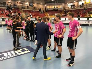 Spelarna i IBF Falun Ungdom får silvermedaljerna efter JSM-finalen mot RIG Umeå. Foto: Privat.