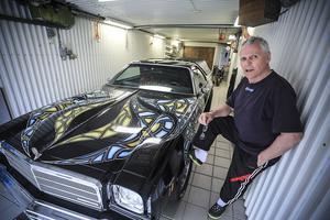 Olle Olsson i El Caminons garage hemma i Åsarna. GM sålde 1974, 44 890 stycken bilar av den modellen i USA.