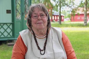 Margaretha Säterdal är ordförande i Södra Dalarnas Medeltidsförening. Här sitter hon vid Rommehedslägret där marknaden äger rum.