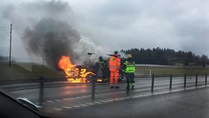 Bil brinner för fullt på E18.