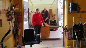 Tobias Bergström och Ola Pesonen åker flera vändor med lastbilen varje dag. Det blir många tunga lyft.