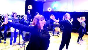 Ann Erlandsson,Ida Linnér och Frida Thulin i ett av dansnumren