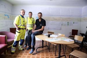 Bild: Jennie JohanssonHåkan Norlén, platschef, Christoffer Ölén, arbetsledare och Andreas Viberg, mätchef/platschef från NCC arbetar med vägbygget.