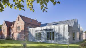 För några år sedan byggdes Alingsås tingsrätt ut med en byggnad i zinkplåt. Foto: Hemfosa Fastigheter AB