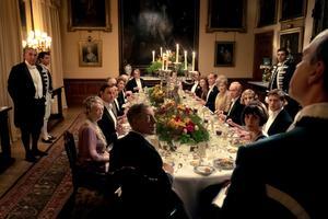 Kungen och drottningen kommer på besök till Downton Abbey. Frågan är vilka som är mest uppspelta, herrskapet eller tjänstefolket? Pressbild. Foto: UIP