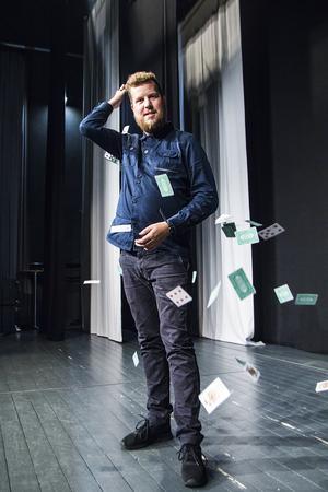 Jakob Ljungkvist kastar korten och grabbar tag i kursböckerna.