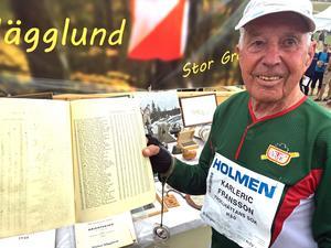 90-årige Karleric Fransson med resultaten från SM i Stockholm 1949.Bild: Hasse Tavér