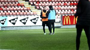 Axel Kjäll tog Johan Bertilsson åt sidan efter träningspasset och pratade länge med ÖSK-mittfältaren om beslutet att han skulle börja matchen på bänken mot Djurgården.