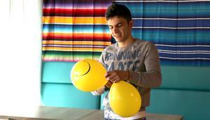 Ammar fixar ballongerna som senare hängdes upp på fasaden för att hjälpa till att uppmärksamma nypremiären.