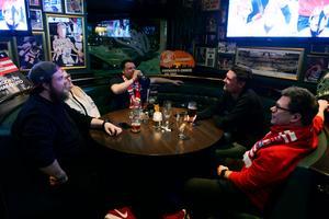 Det var svårt att få ett bord på O'learys, många Timråfans ville se matchen.