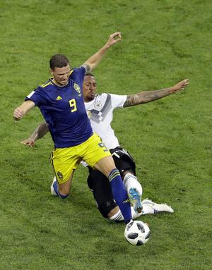 Tysklands Jerome Boateng fäller Marcus Berg – men den svenska straffen uteblev. Foto: Sergei Grits/AP