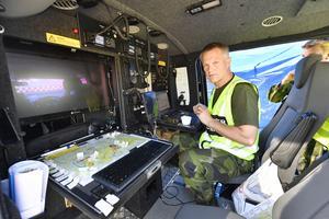 Vattenbombning av skjutfältsbranden, Major Peter Forslund från Ronneby är en av tre som leder helikoptrarna men också flygplanen vid branden på skjutfältet