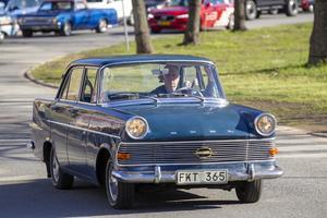 Lars Källgren rattar en Opel Rekord årsmodell 1962, treväxlad med en 1,7 liters motor.