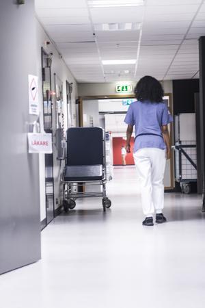 Regeringen satsar totalt 9,4 miljarder kronor på att stärka hälso- och sjukvården. Mest pengar går till investeringar i personal.