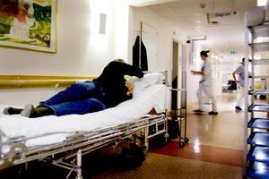 Överbeläggningar dras Gävle sjukhus fortfarande med – men korridorvården tycks nästan ha upphört. Böteshotet dras därför tillbaka.