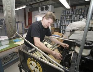"""Lars """"Knatten"""" Olsson är en av två anställda som jobbat 46 år på Sandvikens Tryckeri, som har fått utmärkelsen landets säkraste arbetsplats."""