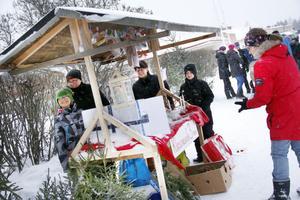 Skolelever trotsade snön och lockade med julpynt.
