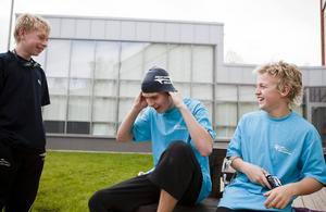 Är vädret bra brukar simmarna passa på att hämta luft och koppla av utomhus. Som här, för fyra år sedan, då Njurundagrabbarna Olle Larsson, Emil Ekwall och Johan Björklund hittade ny energi utanför badhuset.