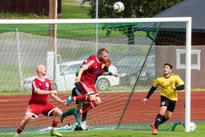 Två av matchens målskyttar, Per-Ola Åhs och Dennis Tunell framför motståndarmålet.