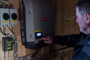 Olle Thåström visar displayen där han kan få reda på läget i realtid och hur mycket el som producerats.