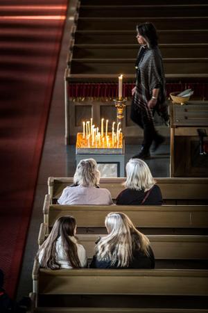 Vissa av besökarna satte sig i kyrkobänkarna för att prata eller sitta i tystnad intill varandra.