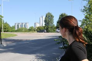 Att ta sig till Peabs asfaltsfabrik från Heidi-Maria Wallinders tegelvilla tar bara någon minut.