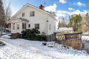 Till villan på Uddnäsvägen 32 finns en stor gård. Foto: SkandiaMäklarna