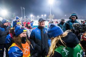 Kung Carl XVI Gustaf var på plats och gratulerade de svenska skidskyttedamerna. Bild: Jon Olav Nesvold/Bildbyån
