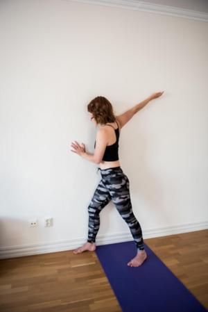 Straight Arm Pec Stretch: Övning stående mot vägg som ger en stretch av bröstmuskeln för att motverka att axlarna faller fram.