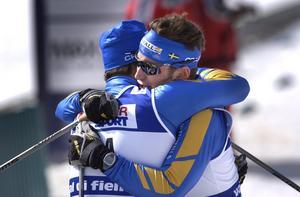 Tack för samarbetet! Silvermedaljören Anders Södergren ger Jörgen Brink en kram efter loppet, som de till fyra femtedelar körde tillsammans.