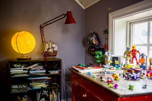 Kalle är 6 år och trivs med lite mörkare färger. I hans rum är det lego som gäller!