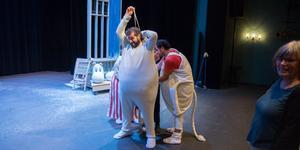 Oktoberteatern ger liv åt två Tove Jansson-berättelser i år. Den 16 november har Granen premiär. Simon Mezher spelar både Hemulen och Muminpappan.
