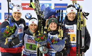 Det norska VM-guldlaget strålar av glädje. Vetle Sjåstad Christiansen, Marte Olsbu Röiseland, Tiril Eckhoff och Johannes Thingnes Bö bärgade segern i mixstafetten. Foto: TT/Anders Wiklund / TT