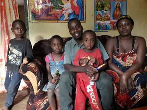Under sina resor i Tanzania hade Zilgme Eglite en chaufför som körde runt henne. Hon fick också turen att träffa hans familj.