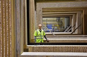 Vd Peter Filén inramad av ett antal betongväggar med fönsteröppningar som ska levereras till Norra tornen i Stockholm.