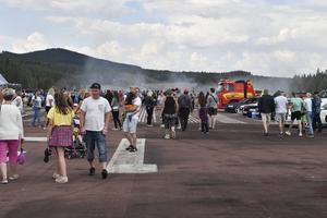 Massor  av besökare på flygfältet.