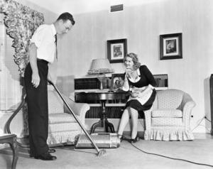 Att en man drog fram dammsugaren var inte vanligt på 1950-talet. I det här fallet rör det sig om en dammsugarförsäljare. Foto: Shutterstock