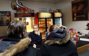 Carolina Johansson jobbade i biljettkassan på Roxy där hon mötte många kunder som var ledsna för att biografen skulle försvinna i november 2009. LT arkiv: Mats Andersson