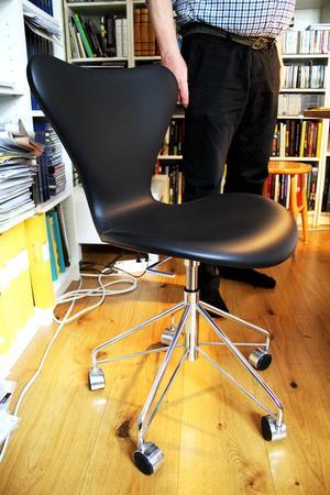 Arne Jacobsens Sjuan finns även som kontorsstol och den använder Gunnar i sitt arbetsrum.