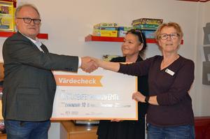 Börje Sundin, ordförande i Delsbo Folkets hus, överräckte på fredagen en check på 2 500 kronor till Anna Larsson och Ann-Christin Larsson på barnavdelningen.
