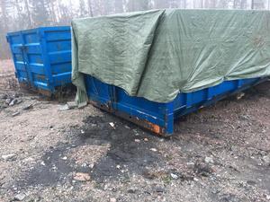 Två containrar utanför Ekeby tycks också ingå i avfallsskandalen. I den ena av dem finns svart massa som Kumla kommun har tagit prover på.