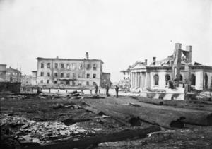 Börshuset till höger, vars fasad räddades. På den tiden gick Lillån förbi platsen. Till vänster står dåtidens gymnasiehus från 1816 utbrunne, där Frimurarehuset ligger i dag. Foto: Okänd.